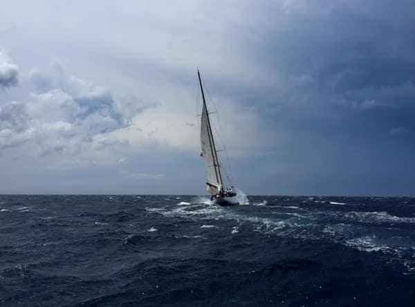Segelboot der Unternehmensberatung im Meer