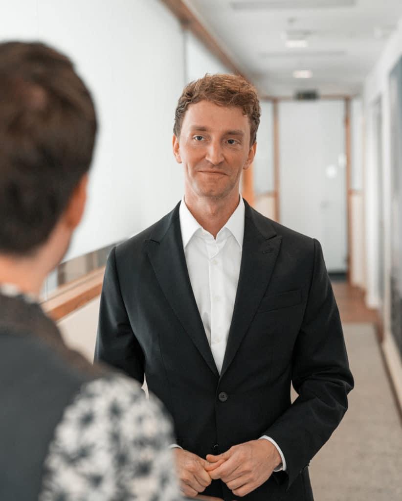 Kevin spricht über Stellen in Düsseldorf